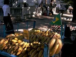 bandeira do Brasil na carroça de bananas