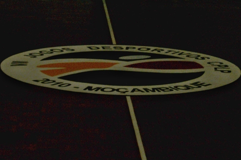 logomarca dos jogos no centro do ginásio