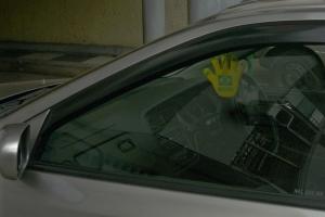 mão com bandeira do Brasil em carro