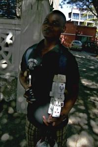 vendedor de fichas com camisola escura