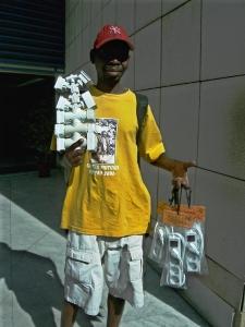 vendedor de fichas com camisola amarela