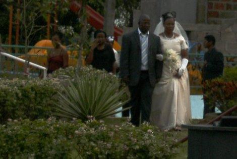 casal em cerimônia no Jardim dos Namorados