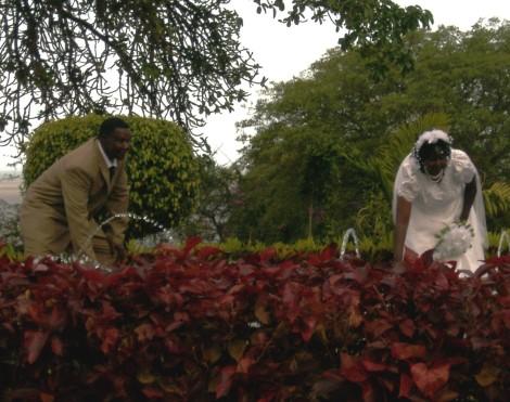 noivos na fonte de água do Jardim dos Namorados