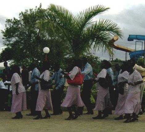 Padrinhos dançam seguindo os noivos