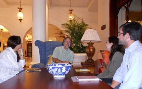 Mia Couto com jornalistas brasileiros no lobby do hotel Polana