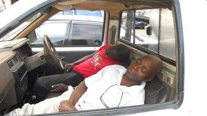 vovô e assistente dormem no carro