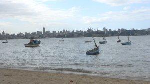 barcos pesqueiros com Maputo ao fundo