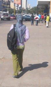 menina de uniforme escolar e véu na cabeça