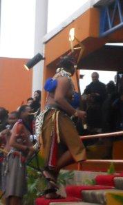 rei entra na tribuna de honra do estádio