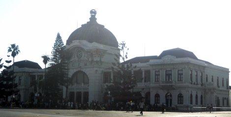 Fachada da Estação Central dos Caminhos de Ferro de Moçcambique, em Maputo