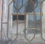 casa com janela quebrada