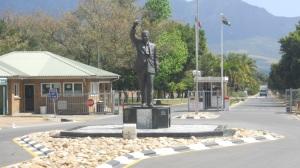 estátua de Mandela na frente da prisão onde ele esteve